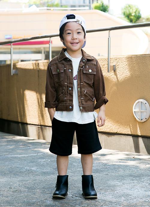 ブラウンのジャケットが秋のムードを演出!