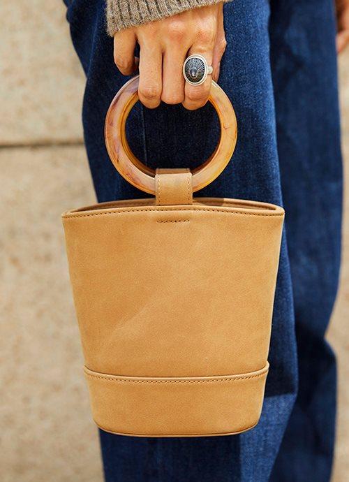 ミニマムサイズのバケツバッグで旬度をアップ!/></p> <p class=