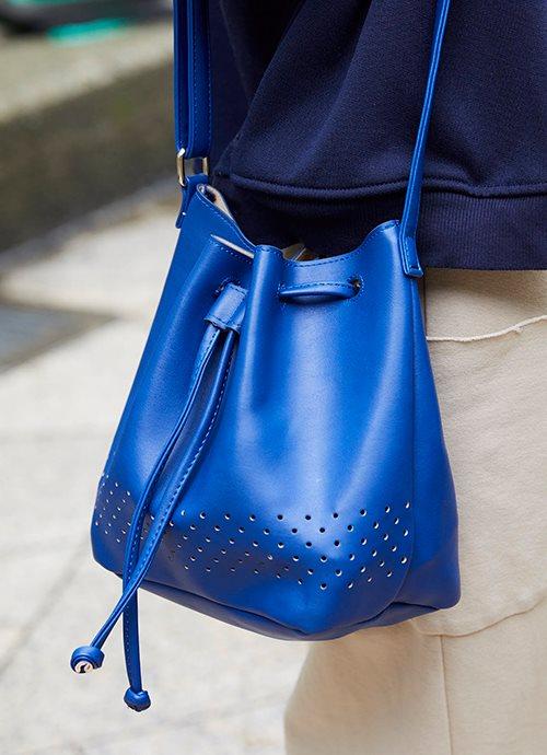 ブルーのバッグでレディシックな雰囲気をプラス!/></p> <p class=