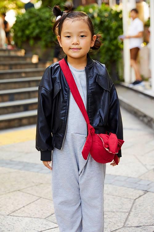 キッズもモノトーンを基調にしたモードスタイル。<br /> 赤いショルダーバッグが好アクセントに♡&#8221; /></p> <p class=