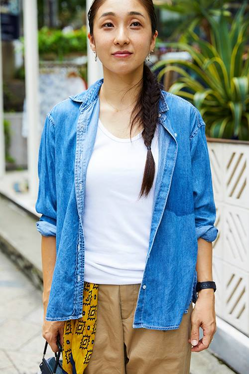 シャンブレーシャツを羽織って爽やかなムードに♪/></p> <p class=