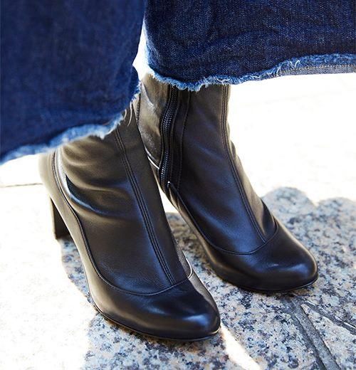 足元は黒のブーツできれいめにまとめ。