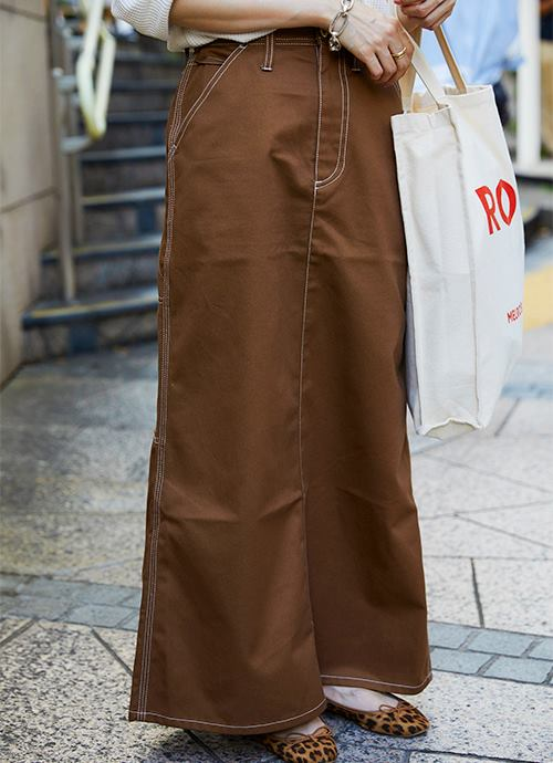 ブラウンのロングスカートがトレンド感を演出!/></p> <p class=