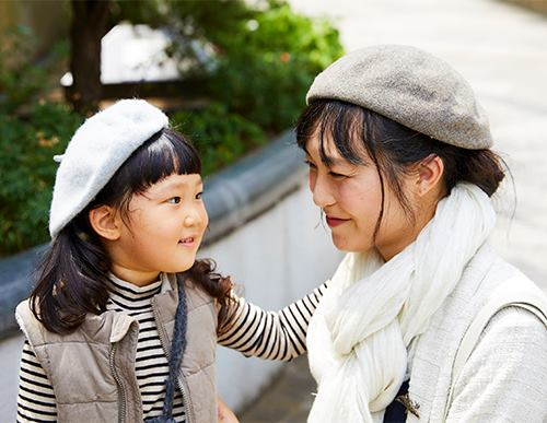 親子でベレー帽をかぶってこなれ感を演出♡/></p> <p class=