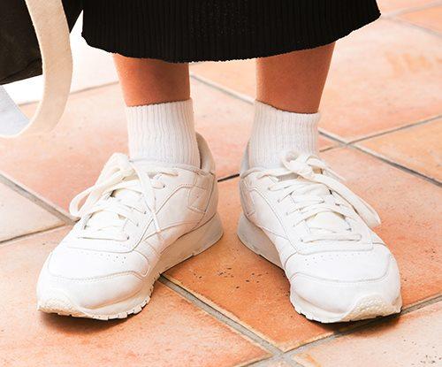 白のスニーカーを合わせて清楚な雰囲気を演出♪/></p> <p class=