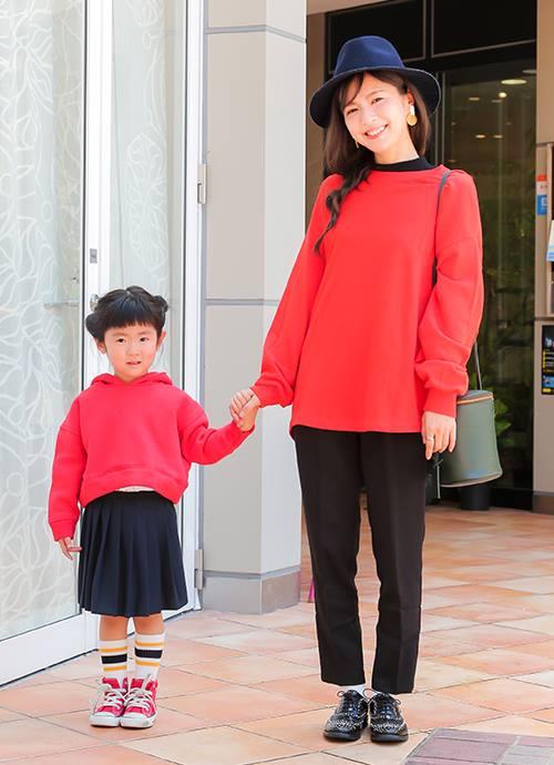 """レッド×ブラックの配色を親子でシェア。ママは革靴でシックに、キッズはラインソックス×ピンクスニーカーでやんちゃな印象に。"""""""