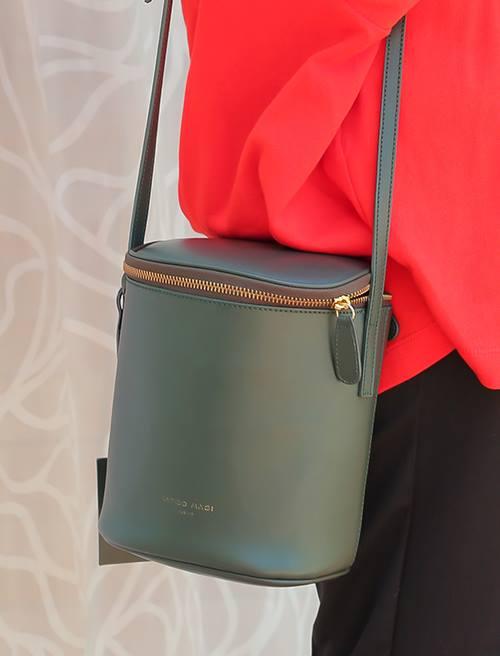 カーキのバケツバッグを合わせて落ち着きのある雰囲気にシフト♪/></p> <p class=