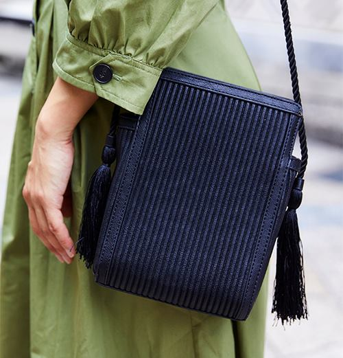 フリンジ付きのバッグを選んで上品な印象に。/></p> <p class=