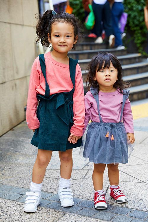 姉妹はピンクのTシャツをシェアしてガーリーに仕上げ♪