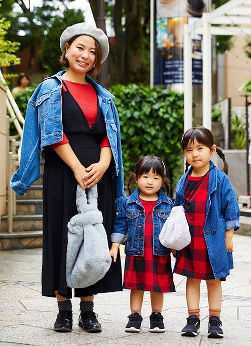 """赤×黒のコントラストを、ママはレイヤードで、キッズはチェック柄Tでリンク。親子でファーバッグをシェアして旬度をアップ。"""""""