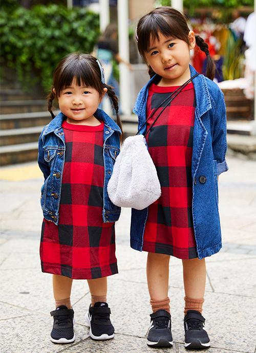 姉妹はデニムジャケット×チェック柄Tシャツを仲良くシェアして仲良し度をアップ♡