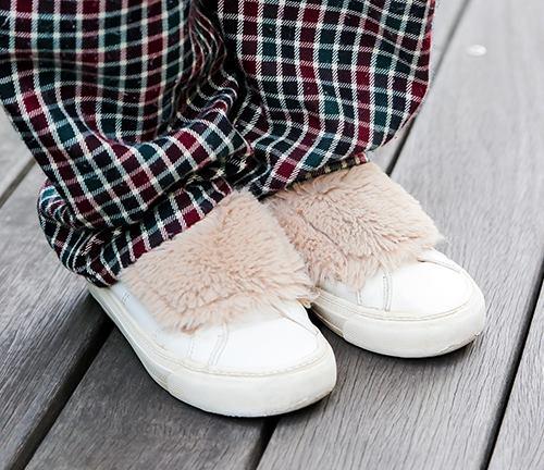 足元にはファー付きのスニーカーで個性をプラスして。