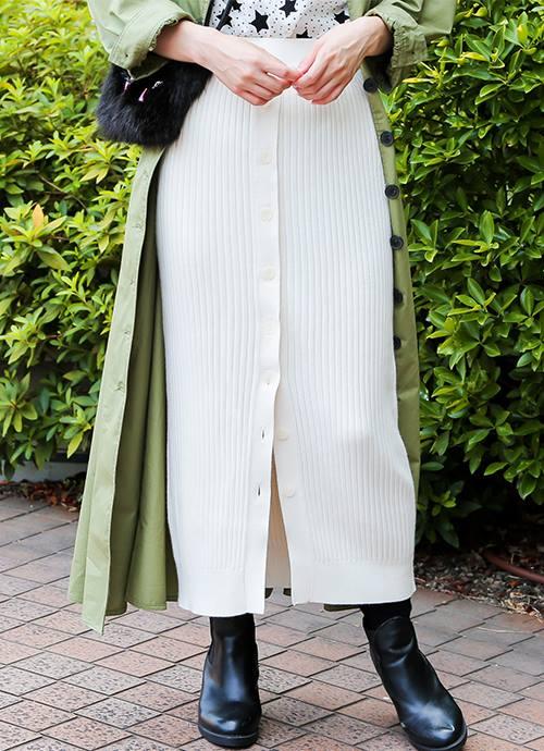 白いニットのスカートを合わせて優しい雰囲気に♪/></p> <p class=