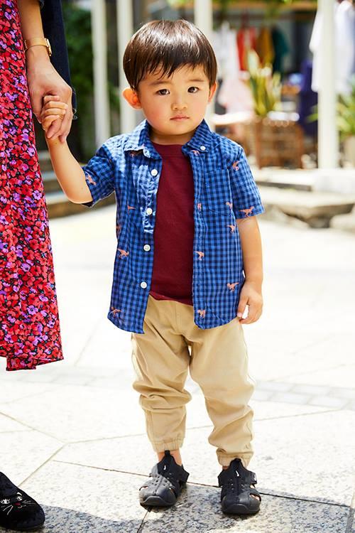 キッズはブルーのギンガムチェクシャツを選んで爽やかなムードに☆