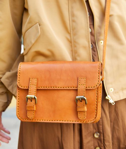 レザーバッグでレトロな雰囲気をプラス。/></p> <p class=