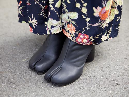 足袋ブーツでエッジィな要素を加味。