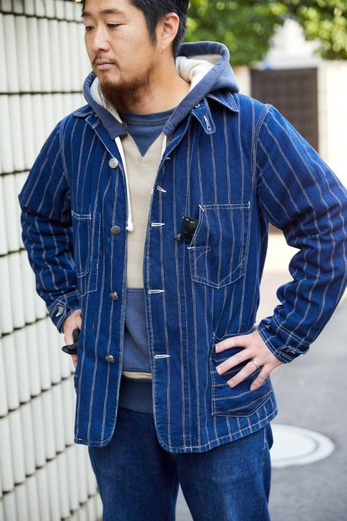 パパはネイビーを基調に、デニムセットアップ風な着こなし。