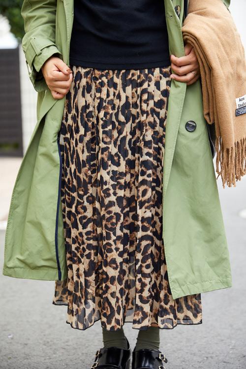 トレンドのレオパードは透け感のあるスカートで取り入れて軽やかに。