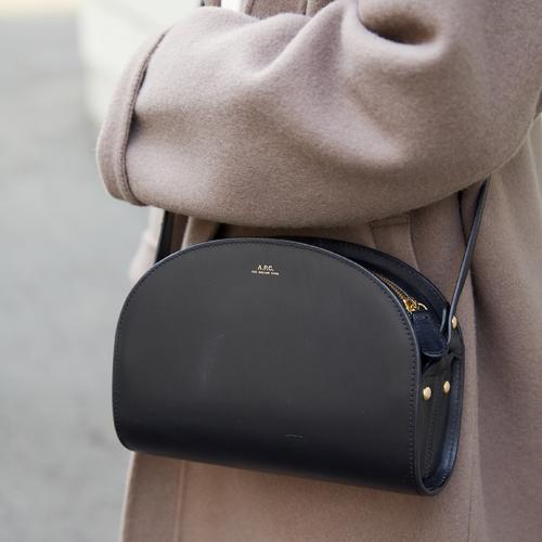 レザーの半月型バッグが上質感を格上げ。