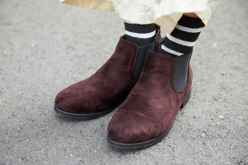 ブラウンブーツで足元を引き締め。