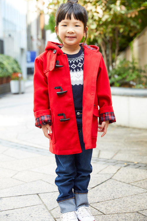 赤のダッフルコートを着た女の子
