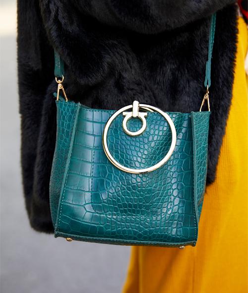 バッグにも色を挿して、大人のカラフルスタイルに。