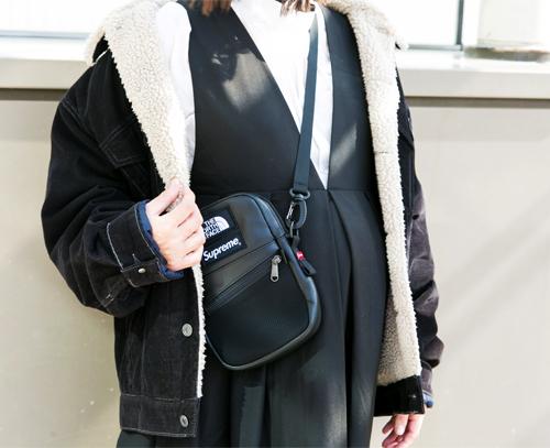 ビッグサイズなアウターと、ミニサイズのバッグが好相性。