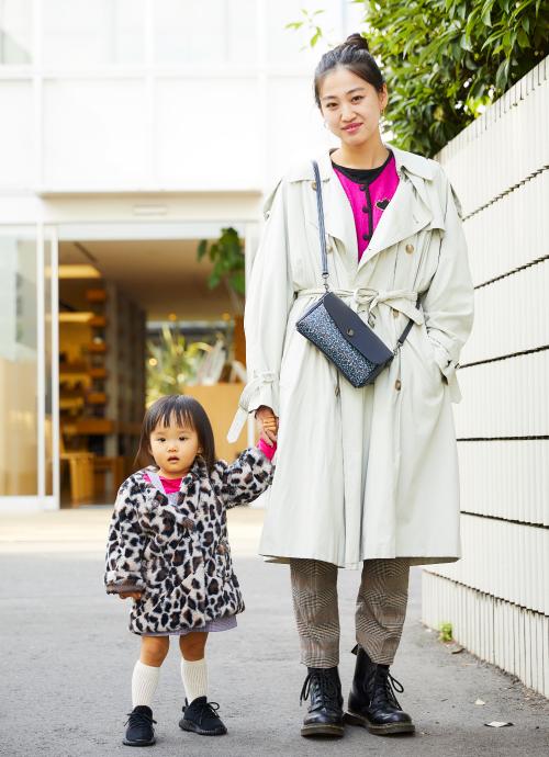 ビッグトレンチにチェック柄のパンツを合わせたハンサムコーデ。インナーには、好アクセントなピンクを親子でシェア。