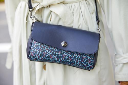 バッグにも総柄を挿して、個性的なムードをアップ。