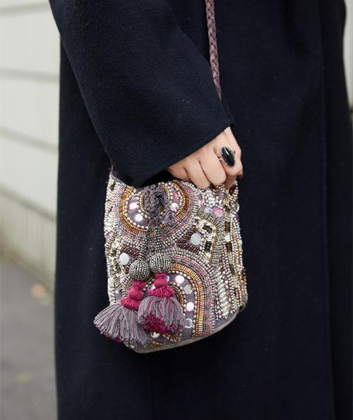 パンツと世界観を合わせたビジューのバッグで、エキゾチックなムードを満喫。