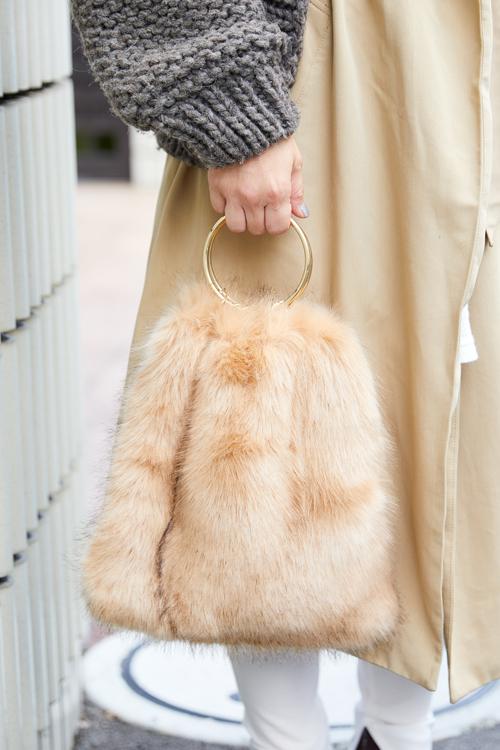 ファー×ゴールドの上品なバッグが洗練された雰囲気。