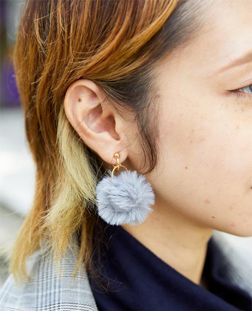さりげなく耳元にファーのイヤリングをつけてキュートさをアップ。