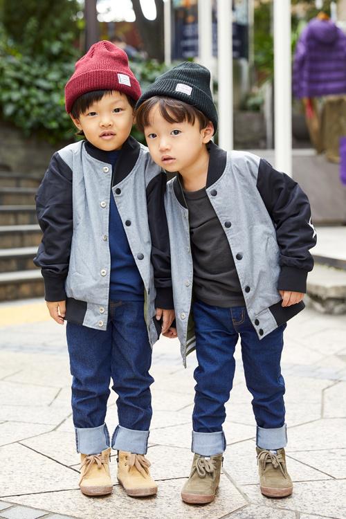 兄弟は色違いコーデで双子気分