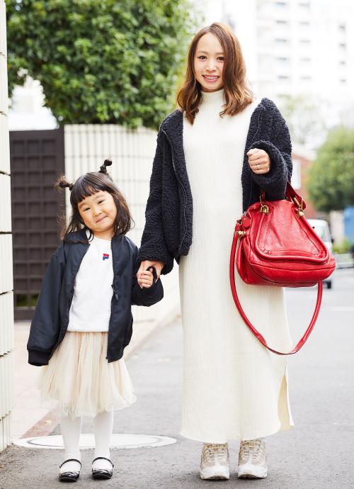 ボアやニットなど、冬素材を活かしたモノトーンスタイルに、ママのバッグが好アクセント。白で統一したスカート&ワンピーススタイルが程よくガーリー。