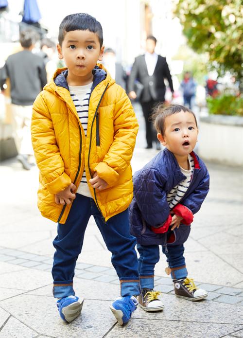 兄弟はポップな色違いスタイルを着こなし!