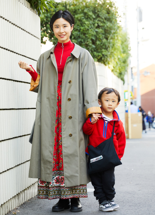 レッドで親子リンクしたユーズドスタイル。ママはマキシ丈コートの袖を折り返してバランス良く仕上げた、上級テクニックを披露。