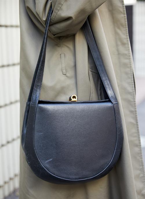 バッグは上品なレザー素材で大人な雰囲気に。