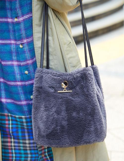 古着テイストでまとめたスタイルに、きれいめのファーバッグがポイント。