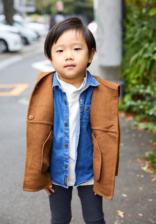 デニムシャツとブラウンのコートのキッズコーディネート