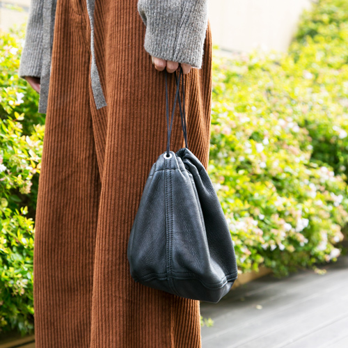 黒のレザー調巾着バッグ