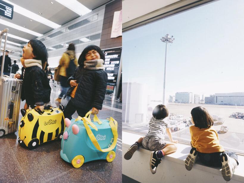 空港ではしゃぐ兄妹