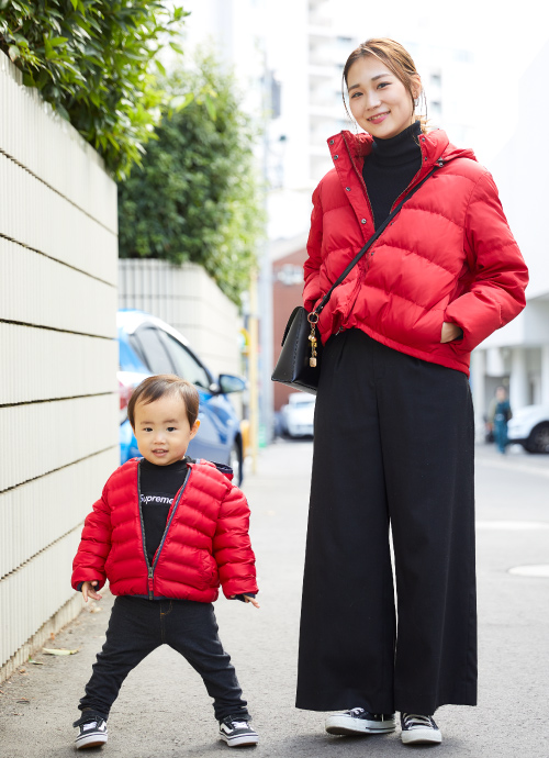 赤いダウンジャケットの親子リンクコーディネート