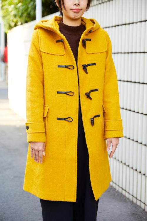 イエローのダッフルコートを着たママ