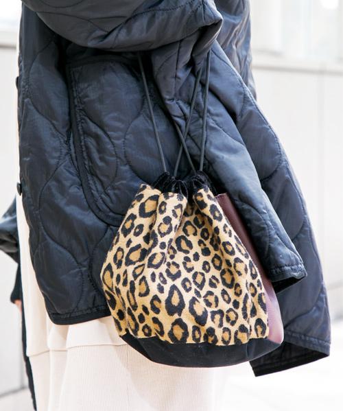 レオパード柄の巾着バッグ