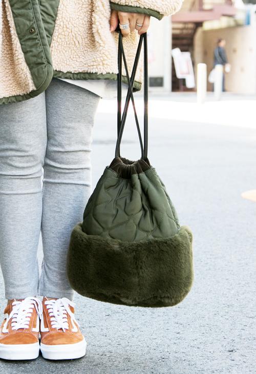 キルティングとファーの切り替え巾着バッグ