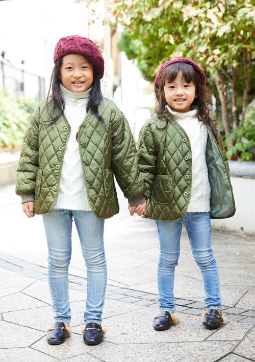 キルティングジャケットを着た姉妹コーディネート
