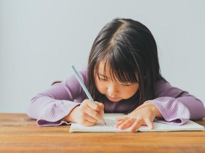 集中して勉強する女の子