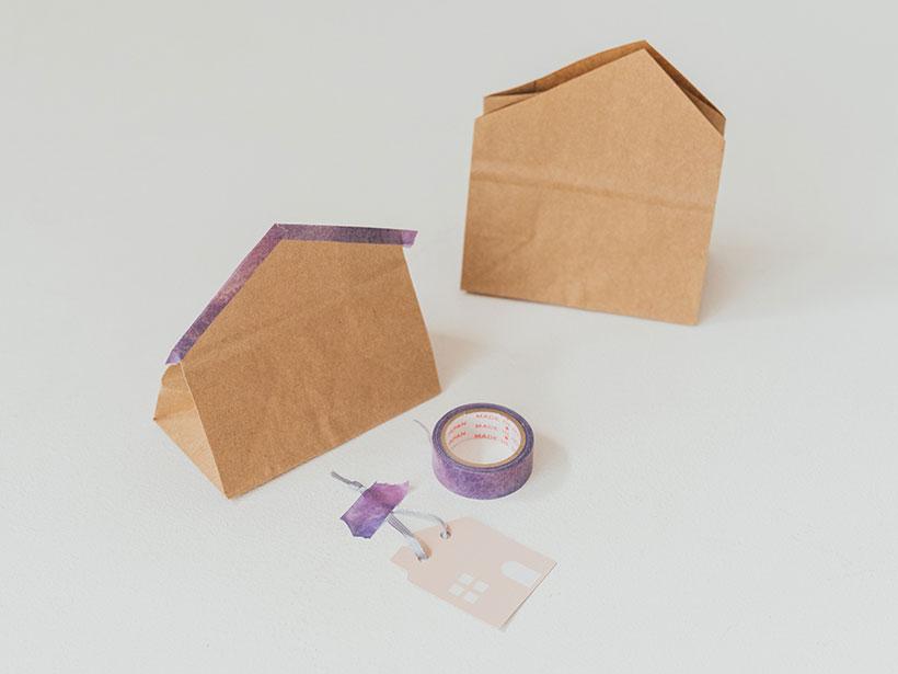 紙袋の上部をカットしておうち型にする