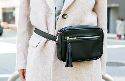 ブラックのウエストバッグ