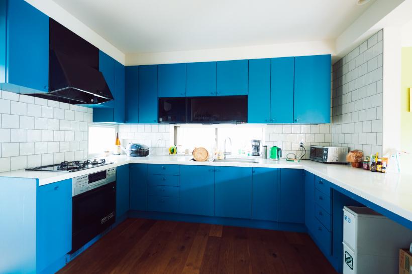 清潔感あるブルーのキッチン